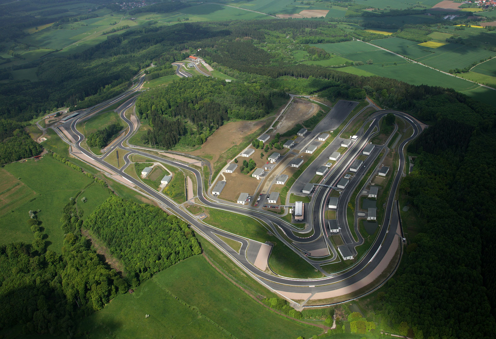 Luftaufnahme des Geländes Bilster Berg Drive Ressort