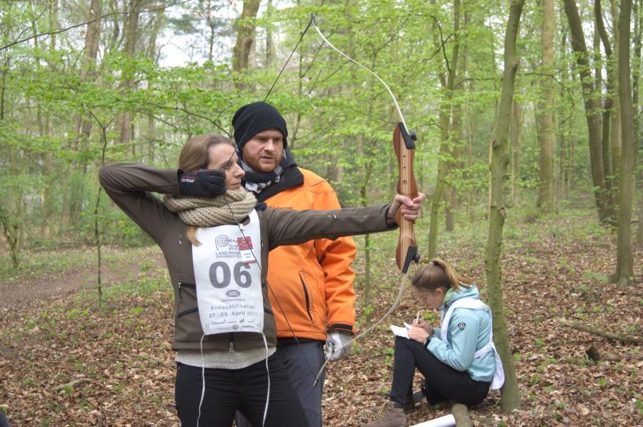 Zielsicher trifft Steffi das Bulls Eye beim Bogenschießen