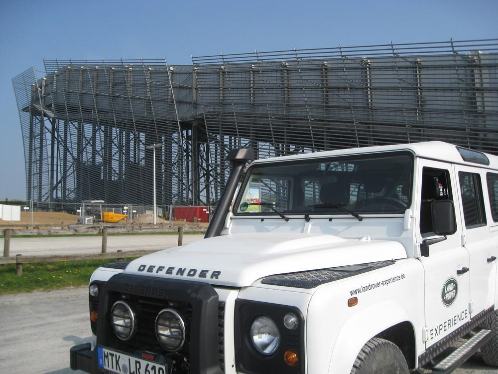 Im Hintergrund: Die Skihalle Neuss