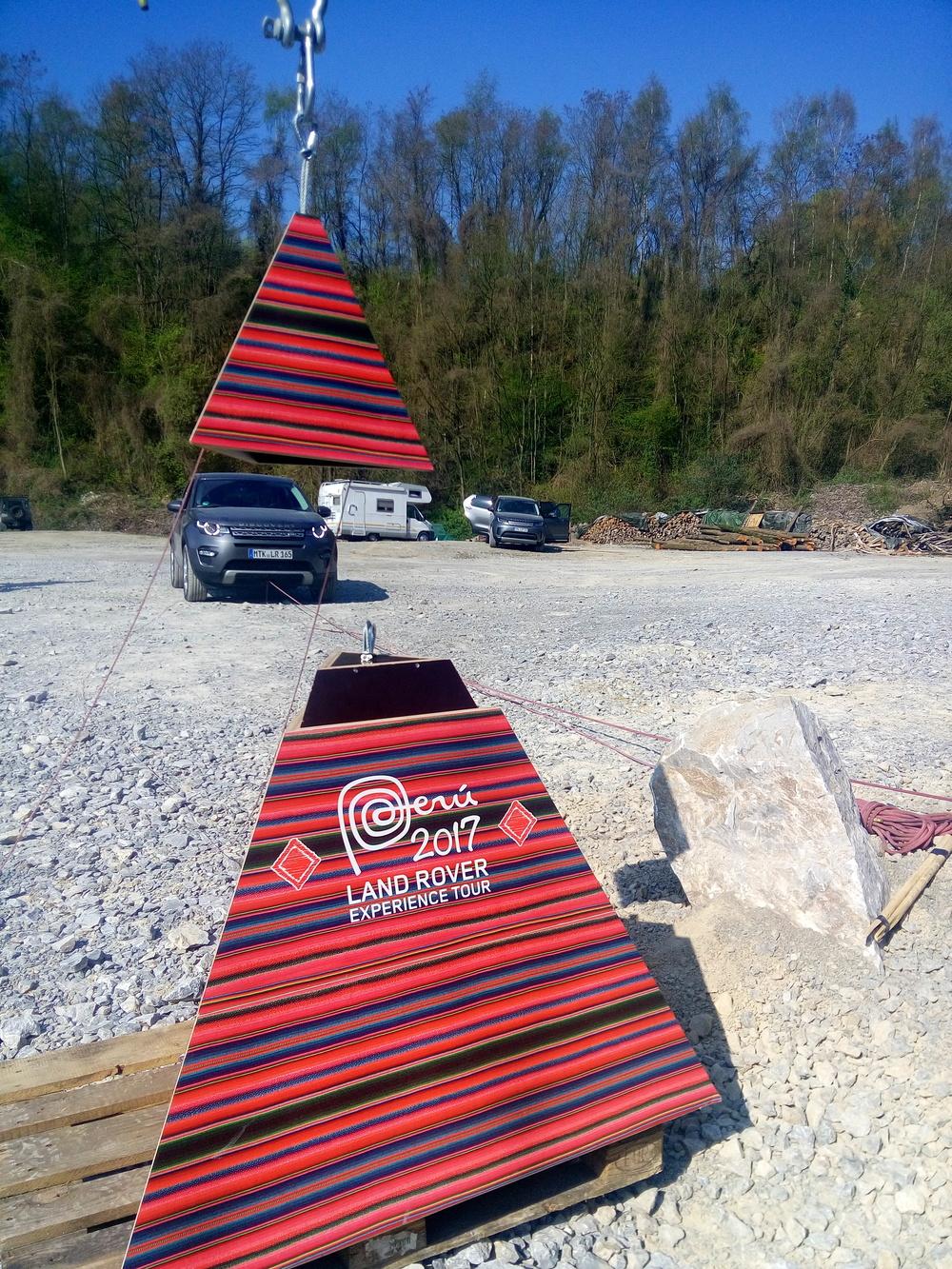 Über Seilzüge lenken die Finalisten die Pyramidenteile