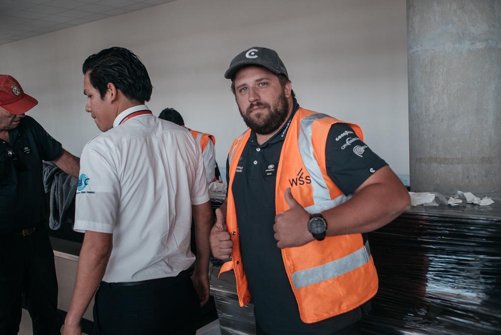 Zusammen mit dieser Weste wurde unser Marv plötzlich Lead Instructor der Boden-Crew und packte mit an! :D