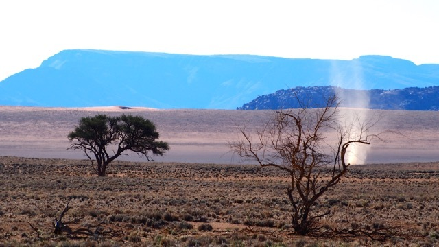 Kleine Windhose, Namib Wüste Namibia ©Foto Sabine Lueder